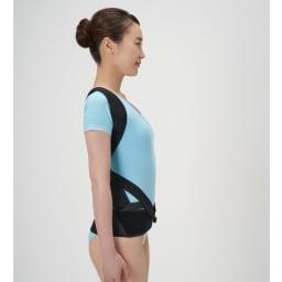 丸まった背中を起こす姿勢のサポーター 着用中 ※イメージ