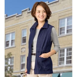 岡山デニムベスト コーディネート例 大きめの襟のデザインで襟を立てれば日よけ・風よけに! 左右に大きめのポケット付きで便利!