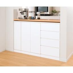 組合せ・高さ奥行のサイズオーダー薄型収納庫 幅120cm コーディネート例(イ)ホワイト 食器や食品を入れてキッチンカウンター下に。【シリーズ商品使用イメージ】 3辺をオダーできるのでこんなスペースにもきちんとフィット。