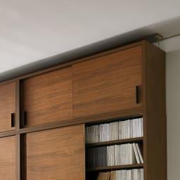 ウォルナット天然木引き戸本棚 上置き 幅90.5cm 扉付きなのですっきり隠して収納できます。