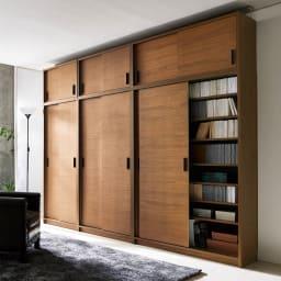ウォルナット天然木引き戸本棚 上置き 幅90.5cm 開閉にスペースを取らない分、収納力を最大限確保しました。
