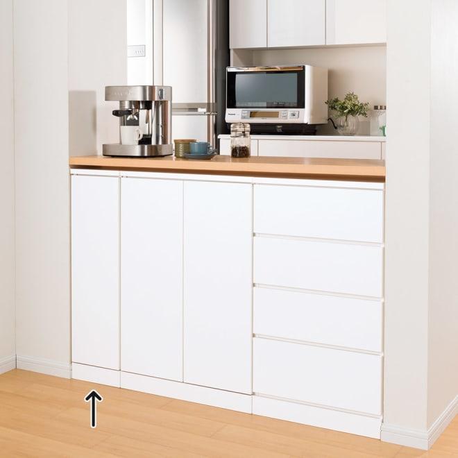 組合せ・幅高さ奥行のサイズオーダー薄型収納庫 左開き 幅25~45cm コーディネート例(イ)ホワイト 食器や食品を入れてキッチンカウンター下に。【シリーズ商品使用イメージ】 3辺をオダーできるのでこんなスペースにもきちんとフィット。