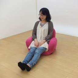 すっぽり収まる肘付きリクライニング座椅子 モデル身長:157cm
