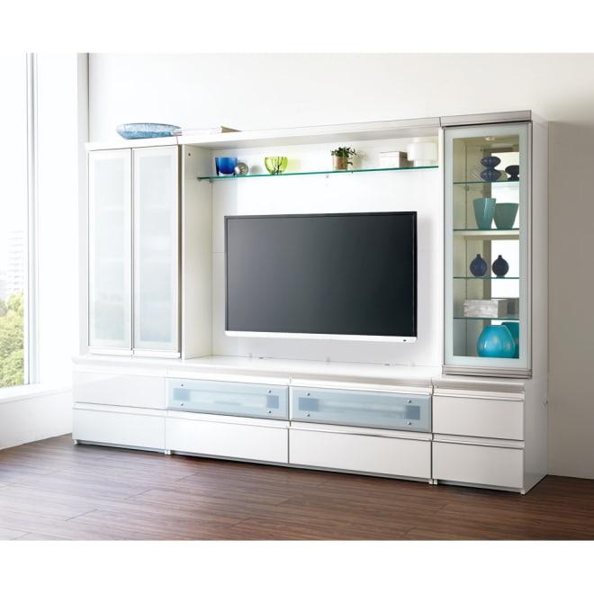 ラグジュアリー壁面TVボードシリーズ140<パモウナ VD-1400> (ア)パールホワイト 組み合わせ例。左から幅60両開きキャビネット、幅140バックボード付ハイテレビ台、幅40右開きキャビネット。