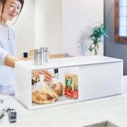 アクリルカウンター上収納庫 幅45cm 奥行25cm 使用イメージ 朝食のパンやシリアルなどの収納にも。両面から取り出せるので便利です。 ※写真は幅60奥行25cmタイプです。
