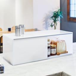 アクリルカウンター上収納庫 幅45cm 奥行25cm 使用イメージ パンやジャムなど、一緒に使うものをまとめて収納しておくにも便利。 ※写真は幅60奥行25cmタイプです。