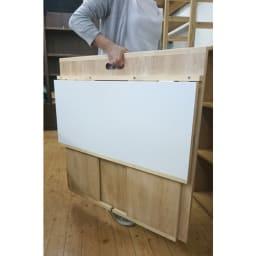 隙間にしまえる折り畳みデスク パタン (イ)メープル 女性でも簡単にに持ち上げられます。