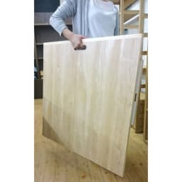 隙間にしまえる折り畳みデスク パタン (イ)メープル 背面も化粧仕上げ。取っ手が付いて持ち運び易くなっております。
