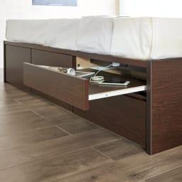 サイドテーブルが出てくるチェストベッド(フレームのみ) シングル 必要なときに引き出せるサイドテーブル。