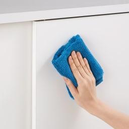 隠しキャスター付き すっきり引き戸カウンター 引き出しタイプ 幅117.5cm高さ100cm 扉はお手入れ簡単な素材です。