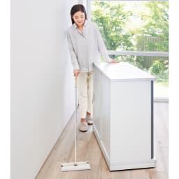 隠しキャスター付き すっきり引き戸カウンター 引き出しタイプ 幅117.5cm高さ100cm 動かしてお掃除できるので、ホコリが気になるリビングにも便利。