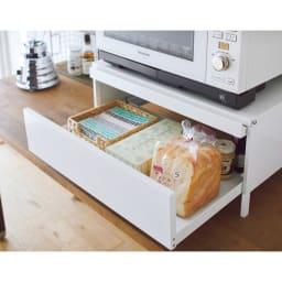 レンジ下スライドテーブル脚付きタイプ 引き出し付き 幅48高さ26cm 引き出しには食パンやお茶のストックを収納。
