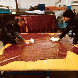 イタリアンレザー総革ソファ ラブ イタリアで熟練の職人が丁寧になめし、風合いを引き出したレザーを使用しています。