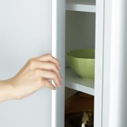 マンションにもぴったり引き戸式壁面収納本棚 扉 幅90奥行35cm アルミ製の手掛け すっきりとしたシルバーのラインがスタイリッシュな印象をプラス。