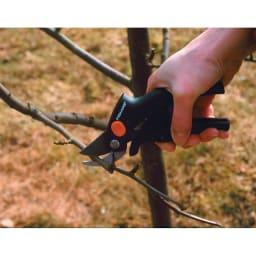 FISKARS/フィスカース 花はさみ パワーレバー 小枝の剪定にも便利なハサミです。