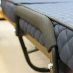 組立不要 低反発ウレタン入り電動リクライニングベッド ネイビー ベッドの左右にはマット面と同じ高さの取っ手付き。立ちあがりの時邪魔にならない形状です。