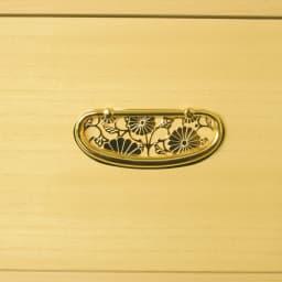 彩羽 総桐盆付き衣装箪笥 本金メッキ仕上げの取っ手が高級感をいっそう引き立てます。