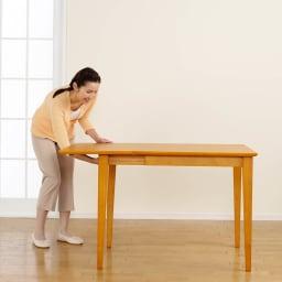 バタフライ伸長式ダイニング 5点セット(バタフライテーブル幅120~165cm+チェア2脚組×2) 【伸長方法2】天板を持ち上げながら脚部を引出します。 写真は幅75cmタイプです。