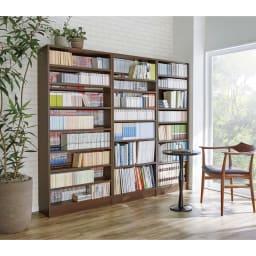 本を効率的収納!薄型段違い棚付き本棚(幅60cm高さ85cm) 色見本コーディネート例:(ア)ダークブラウン ※写真は高さ180cmタイプです。