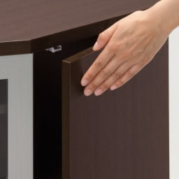 ダイニングテーブルから見やすいハイタイプテレビ台左コーナー用(左壁用) 扉は軽く押すだけで簡単に開閉するプッシュ式。