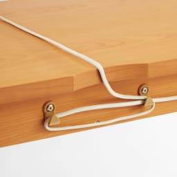 スクエアレッグデスク 幅150奥行60cm 【デスク周りの配線がすっきりまとまる工夫】天板奥のかきこみを通したコードは、余分な長さ分を背面のフックに巻き付けてまとめられます。