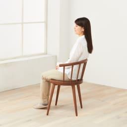W ダブリュー イタリア製 ダイニングアームチェア 1脚 モデル身長157cm「軽快な見た目とはうらはらに、どっしりとした存在感があります。短めの肘掛けで立ち座りも楽。背もたれの内側もシェイプされていますね」
