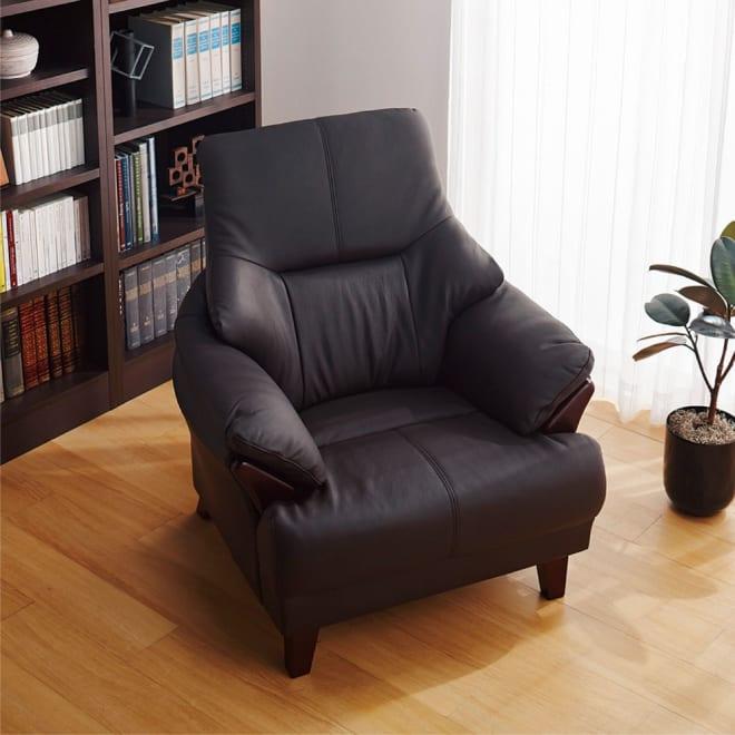 贅沢な時間にひたる 本革ハイバックソファ シングル・幅86cm (使用イメージ)(ア)ダークブラウン ラウンジチェア・パーソナルチェアとして書斎でもマッチします。