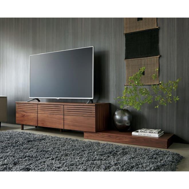 ウォルナット天然木 ギャラリーステージシリーズ テレビ台・幅150cm 台輪付き 使用イメージ
