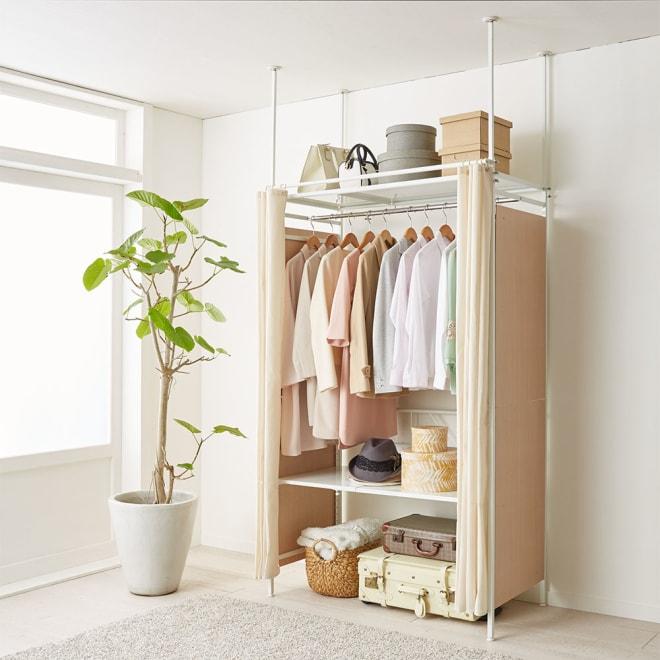 すっきり隠せるカーテン&サイドパネル付き 伸縮式クローゼット 棚タイプ・幅83~123cm コーディネート例(ア)ホワイト