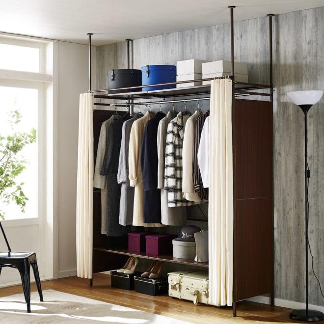 すっきり隠せるカーテン&サイドパネル付き 伸縮式クローゼット 棚タイプ・幅128~183cm コーディネート例(イ)ブラウン