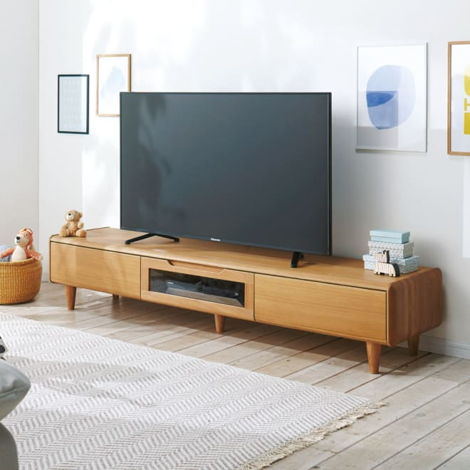 丸い角が優しいテレビ台 幅180cm コーディネート例(ア)ナチュラル 天然木で仕上げた柔らかな丸みが優しい。