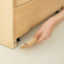 【日本製】隠しキャスター付 角が丸くて安心な総桐チェスト 幅79cm・4段【完成品】 幕板はマグネット式で簡単にストッパー調節が可能。