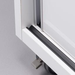 移動らくらく&大量収納 光沢引き戸クローゼット 幅90cm 底板にはレールがついているので扉の開閉がスムーズです。