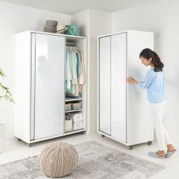 移動らくらく&大量収納 光沢引き戸クローゼット 幅150cm 径6cmの大きくて丈夫なキャスターは本体をスムーズに移動でき、女性でも安心です。商品は左:幅120cm、右:幅90cmです。