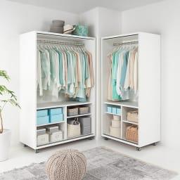 移動らくらく&大量収納 光沢引き戸クローゼット 幅150cm L字型のクローゼット配置はお部屋をより広く効率的につかうことができます。※引き戸を外して撮影しています。商品は左:幅120cm、右:幅90cmです。