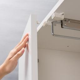 トレー収納で小物も整理 ドレスアップ薄型壁面ワードローブ ハンガー&棚 扉はプッシュ式のらくらく開閉。