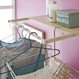 Jussila/ユッシラ ランドリーハンガーラック 棚2段カゴ2個付きタイプ 洗濯物のちょっと掛けに便利なハンガーバー付き。(※お届けの色とは異なります)