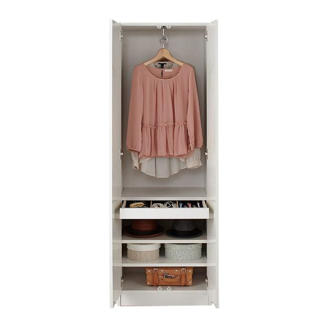 トレー収納で小物も整理 ドレスアップ薄型壁面ワードローブ ハンガー&棚 扉を開けた状態。ハンガーに吊るした洋服約6~8枚収納可能。