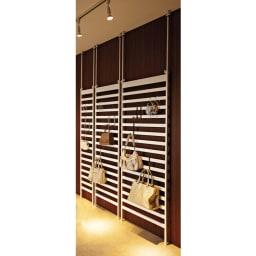 おしゃれに玄関を飾れる天井突っ張り壁面ディスプレイハンガー 幅75cm 収納棚付き 薄型のスリムサイズなので、設置場所を選びません。 ※写真は左から幅40・幅60・幅75cmの棚なしタイプです。