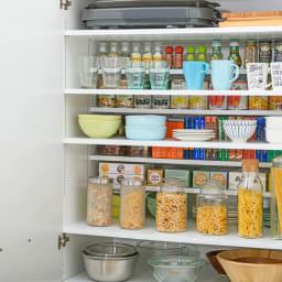 清潔に安心して使える 食器からストックまで入るキッチンパントリー収納庫 幅90奥行55cm 上部の棚は前後で高さが変えられるハーフ棚。設置高さは1cm間隔で調節できます。奥にストックの小さいものを、手前によく使うものや高さのあるものを収納するのがオススメです。