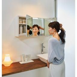 どこでもドレッサースペースにできる 三面鏡付き吊り戸棚 幅59cm 使用イメージ 横顔も後ろ姿も映る三面鏡だから、メイクやヘアスタイルもしっかりチェックできます。 ※写真は幅89cmタイプです。