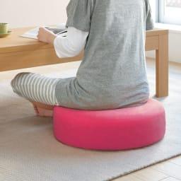 洗濯できるカバーの低反発 ふんわりあぐらフロアクッション フロアライフの必需品。どうせならすわり心地にもデザインにもこだわりたいですよね。(オ)ピンク