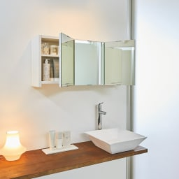 どこでもドレッサースペースにできる 三面鏡付き吊り戸棚 幅89cm 壁面に新設できる収納棚付きの三面鏡。ドレッサーが置けない洗面所にも、自分専用のスペースがつくれます。