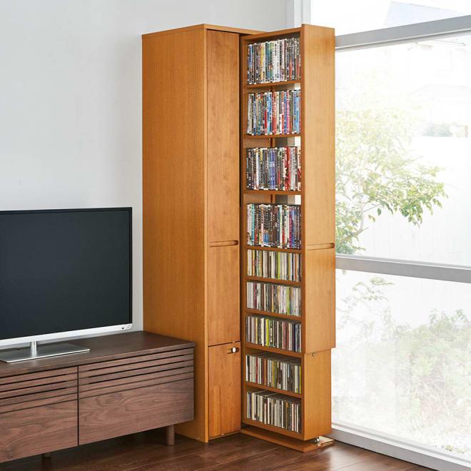 本格派 スライド収納書棚 AV収納庫 2列 幅44cm(コミック・文庫本・CD・DVD対応) コーディネート例:(イ)ナチュラル テレビ台の横でDVD収納として。