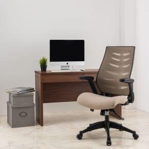 肘掛け跳ね上げ式で座り心地もよいオフィスチェア 写真