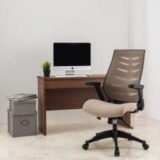 肘掛け跳ね上げ式で座り心地もよいオフィスチェア