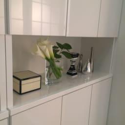 靴が出し入れしやすい下段オープンシューズボックス 扉ハイ・幅75.5cm 飾り棚にはお気に入りの雑貨をディスプレイできます。