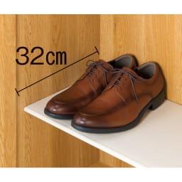 靴が出し入れしやすい下段オープンシューズボックス 扉ハイ・幅75.5cm 有効奥行内寸32cm。紳士靴もラクに収まります。