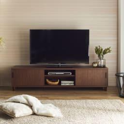 北欧風脚付き引き戸テレビボード 幅180cm (イ)ダークブラウン  多様なインテリアに合う北欧テイストで、シンプルで飽きの来ない天然木調の木目デザイン。