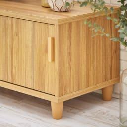 北欧風脚付き引き戸テレビボード 幅180cm 優しい丸いフォルムで設計された天然木製の脚部もポイントです。